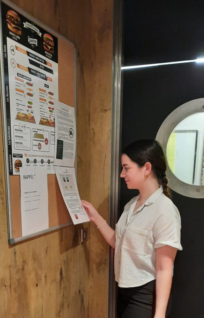 Claudie Lemaitre--Kartal devant le tableau McDonald's